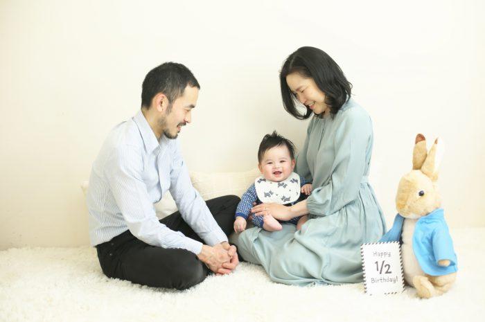 3人家族,ハーフバースディ,ハーフバースディ撮影,渋谷スタジオ,明るいスタジオ