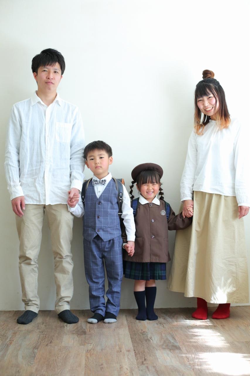 仲良し家族,家族写真,4人家族,手つなぎ