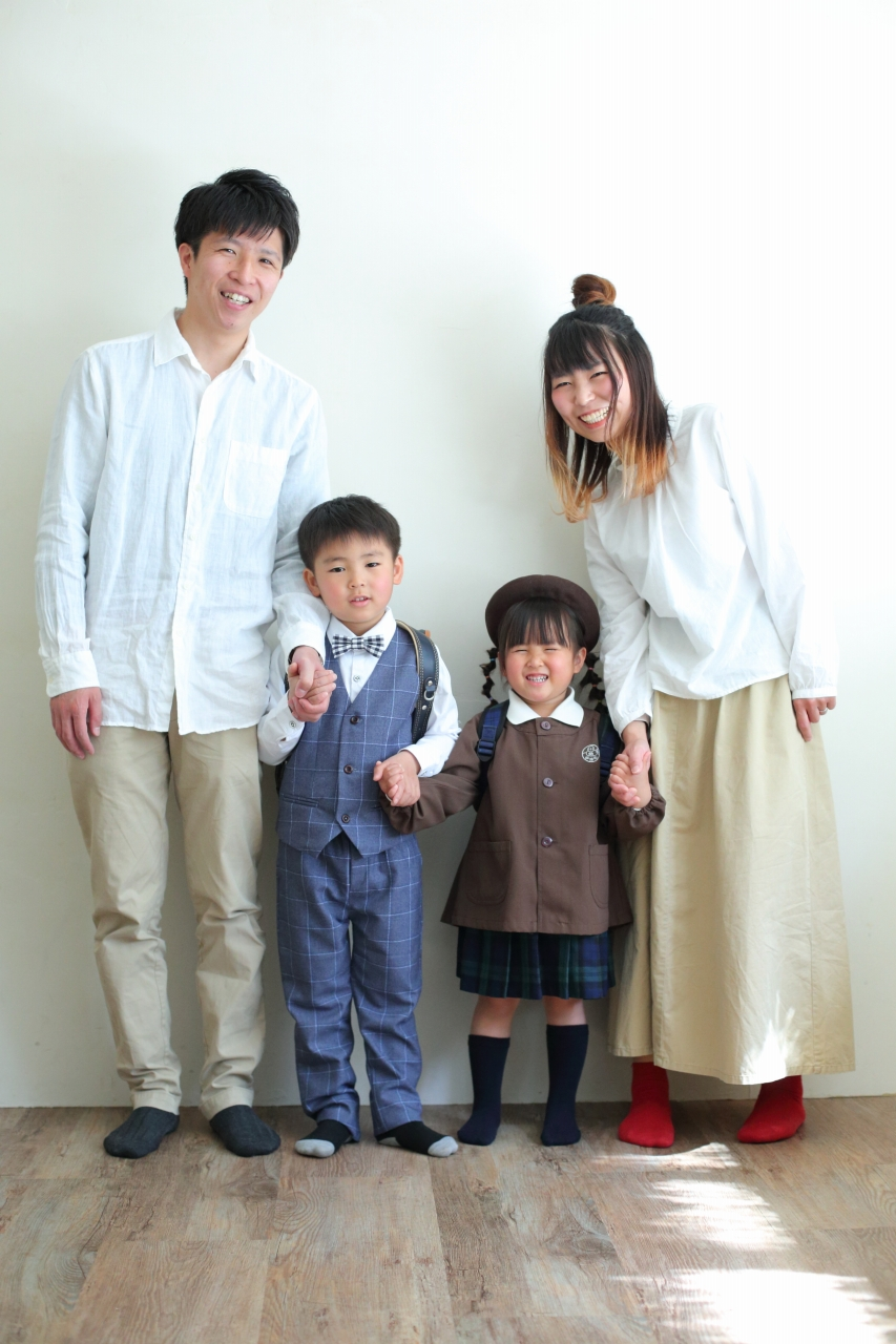 仲良し家族,家族写真,4人家族,手つなぎポーズ