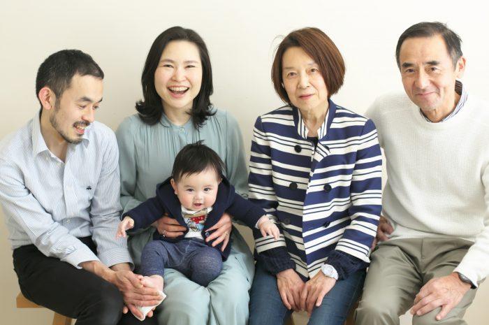 おじいちゃんおばあちゃんと家族写真