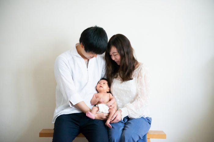 ニューボーンフォト,生後1か月,3人家族,パパとママ