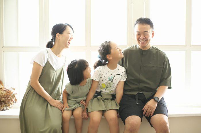 姉妹撮影,スタジオ,窓際,家族写真撮影,ギュー,明るいスタジオ,渋谷スタジオ