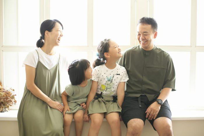 姉妹撮影,スタジオ,窓際,家族写真撮影,ギュー,明るいスタジオ