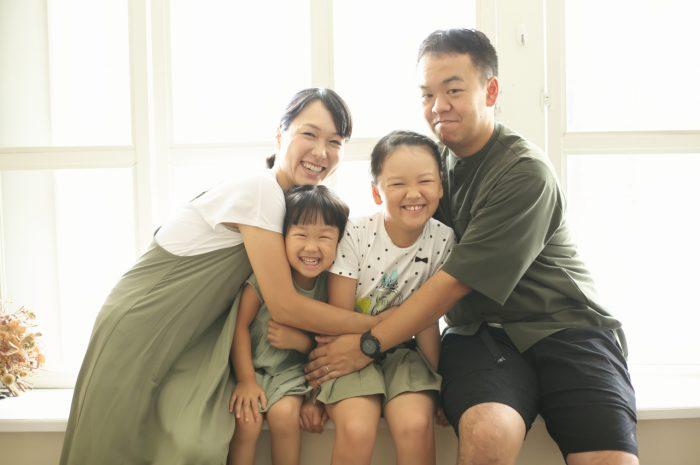 姉妹撮影,スタジオ,窓際,家族写真撮影,ギュー