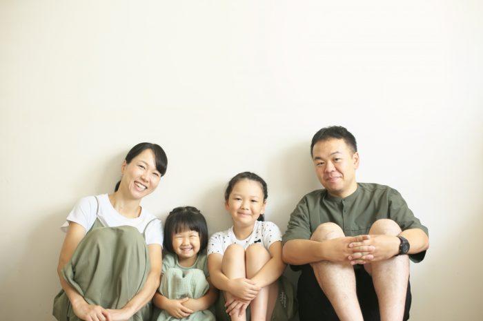 家族写真,4人家族,仲良し家族,恒例の家族写真,家族写真撮影,スタジオ撮影,渋谷スタジオ,明るいスタジオ