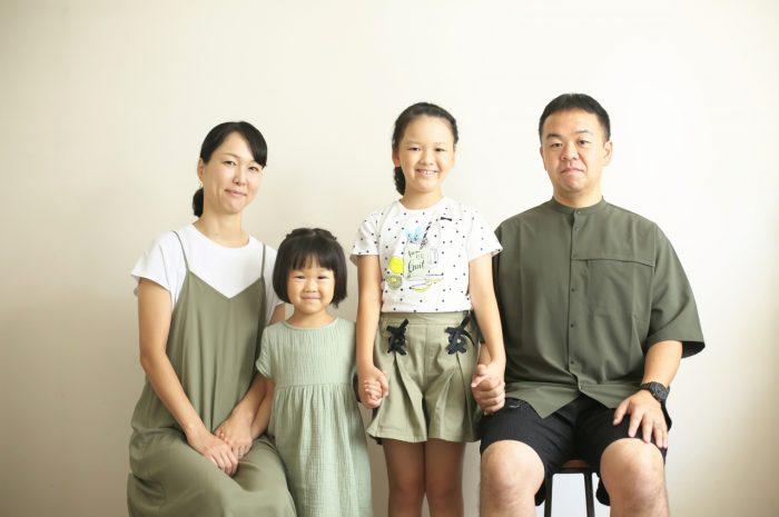 姉妹撮影,体育座り,仲良し,かわいい,渋谷スタジオ,明るいスタジオ,スタジオ撮影,白いスタジオ,仲良し,4人家族,毎年撮影,恒例撮影