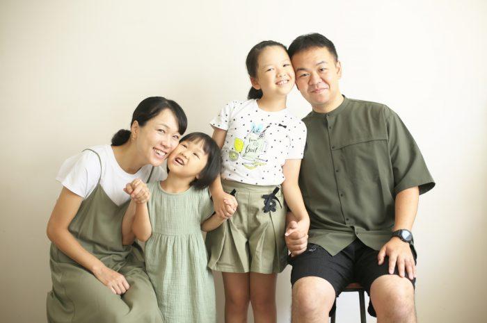 姉妹撮影,体育座り,仲良し,かわいい,渋谷スタジオ,明るいスタジオ,スタジオ撮影,白いスタジオ,仲良し,4人家族,毎年撮影